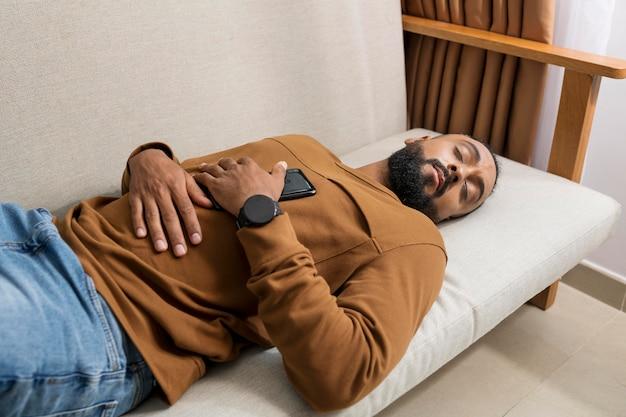 Mann ist müde, nachdem er zu viel zeit mit seinem telefon verbracht hat