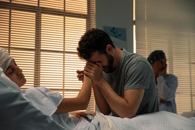 Mann ist traurig über seine kranke frau