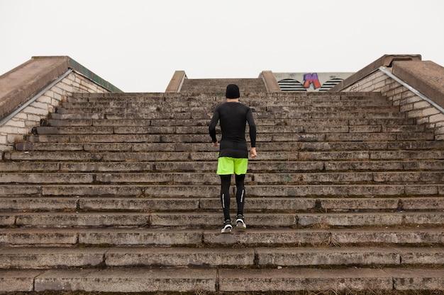 Mann joggt die treppe hinauf