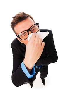 Mann kämpft mit einer erkältung