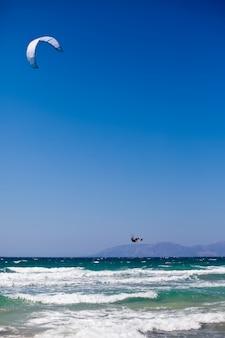 Mann kitesurfen auf dem mittelmeer