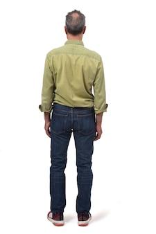 Mann kleidete mit den jeans an, die auf weiß getrennt wurden