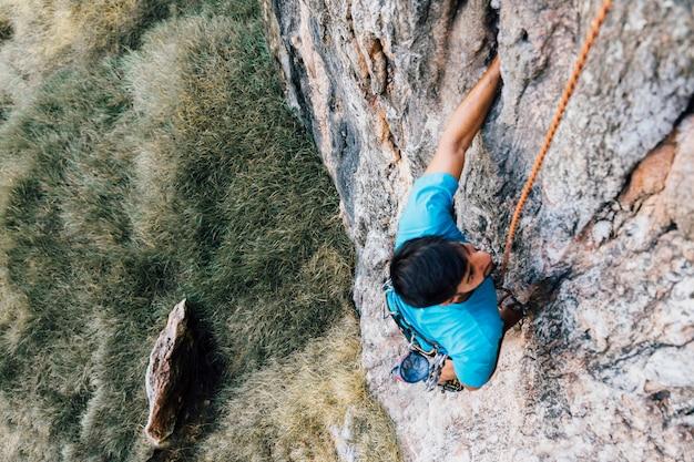 Mann kletterwand