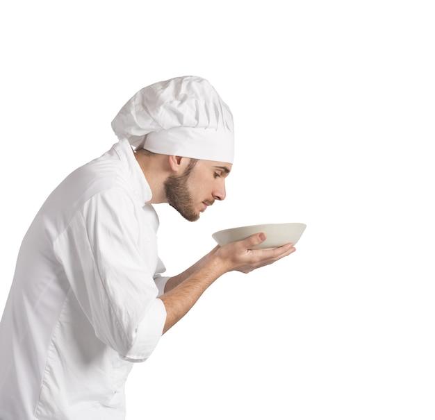 Mann koch, der das aroma seines gerichts riecht
