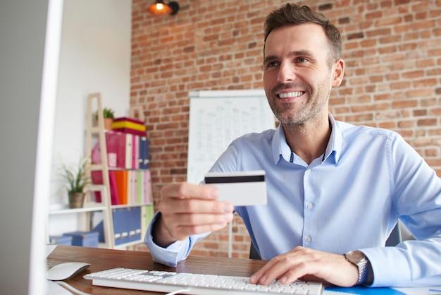 Mann konzentriert während der arbeit am computer