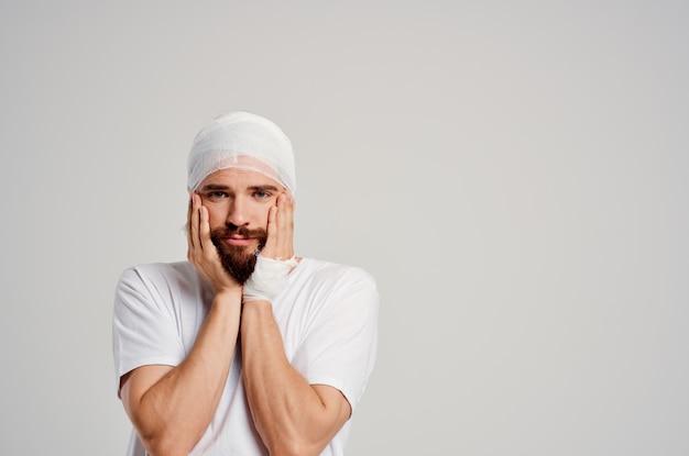 Mann kopf- und armverletzungen gesundheitsprobleme isoliert hintergrund