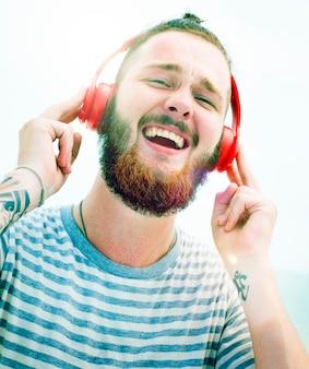Mann-kopfhörer, der musik-glück-konzept hört