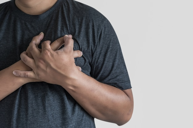 Mann krankheit brustschmerzen leiden herzinfarkt