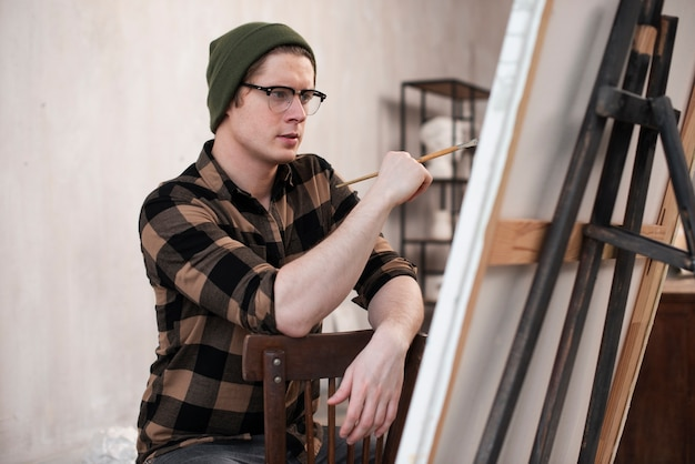 Mann künstler malen auf leinwand