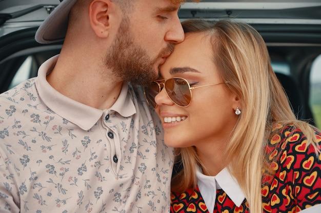 Mann küsst mit zuneigung stirn seiner schönen freundin