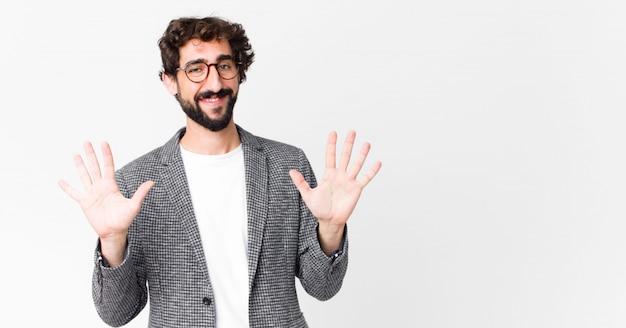 Mann lächelt und sieht freundlich aus, zeigt nummer zehn oder zehn mit der hand nach vorne und zählt herunter