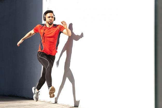 Mann-läufer, der auf stadt läuft