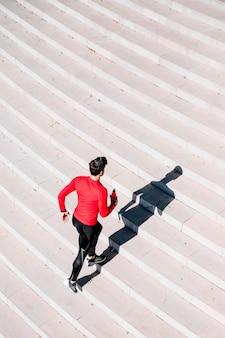 Mann läuft aktiv nach oben