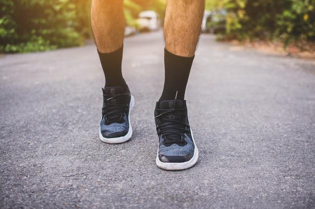 Mann läuft auf der straße