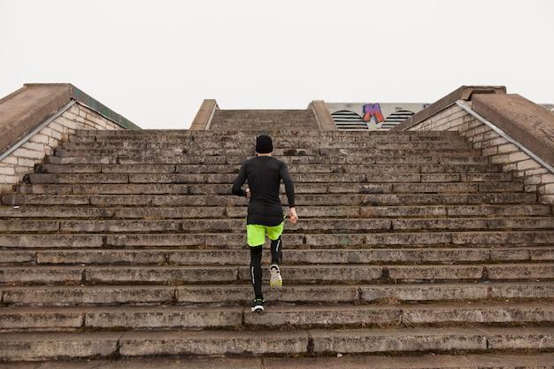 Mann läuft die treppe hinauf