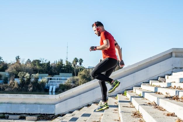 Mann läuft eine treppe hinunter und hört musik