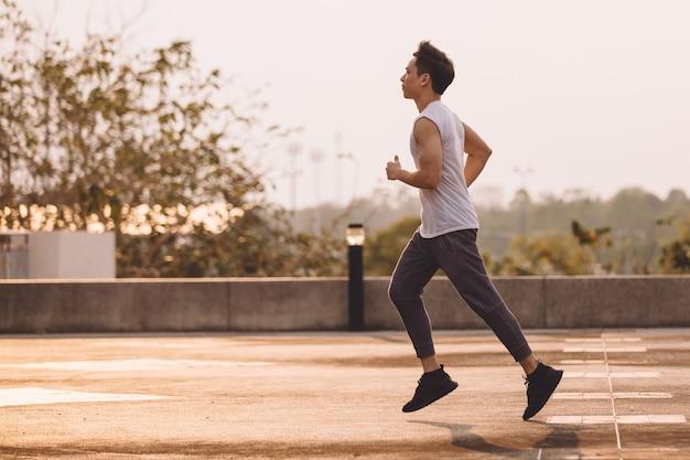 Mann läuft im park