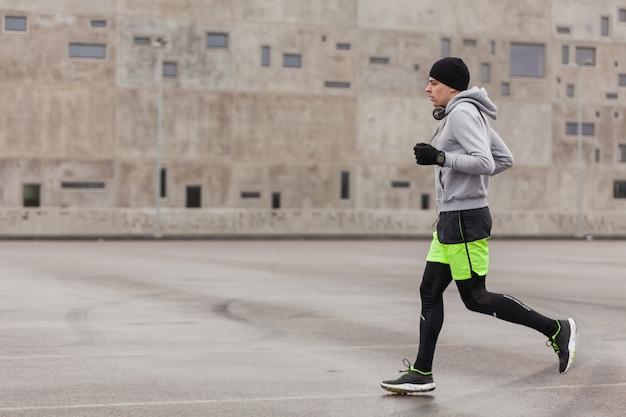 Mann läuft in konkreter stadtumgebung