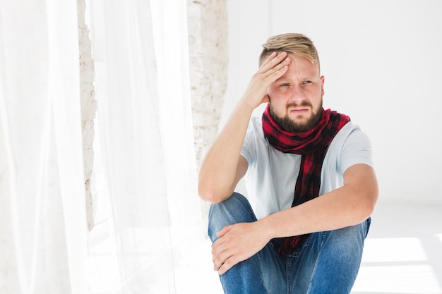 Mann leidet unter schmerzen