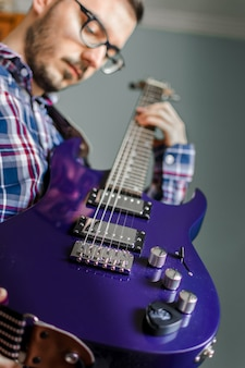 Mann lernen, e-gitarre zu hause zu spielen