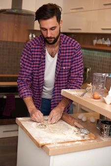 Mann lernt, wie man einen kuchen macht