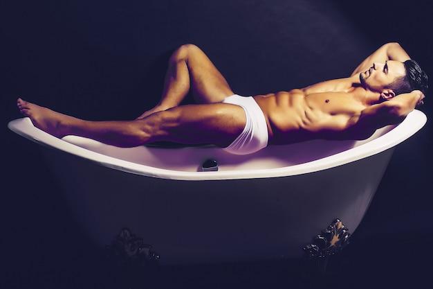 Mann liegt auf badewanne