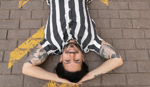 Mann liegt auf dem asphaltboden