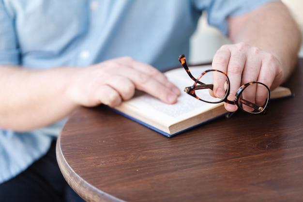 Mann liest. buch in seinen händen.