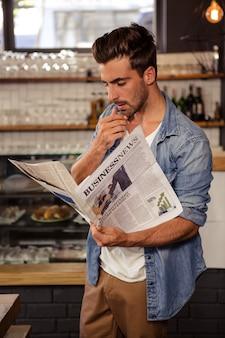 Mann liest die zeitung
