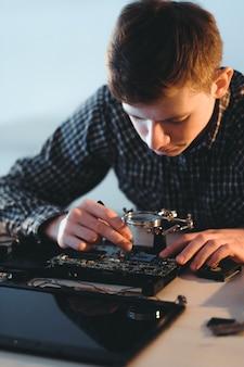 Mann löten computer motherboard