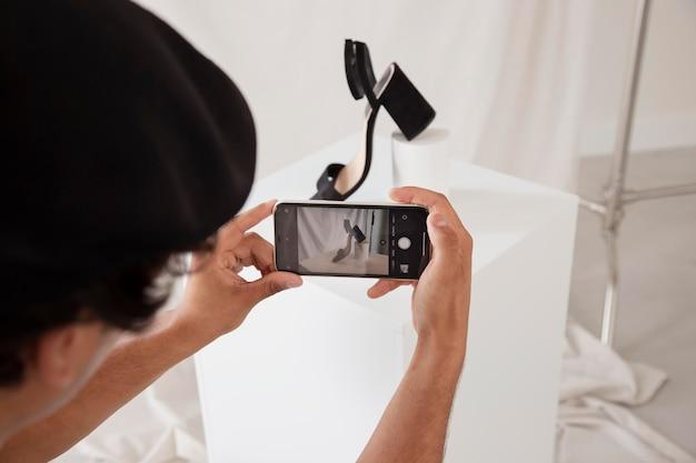Mann macht ein foto in seinem studio