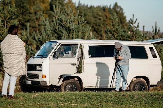 Mann macht ein foto von seiner freundin