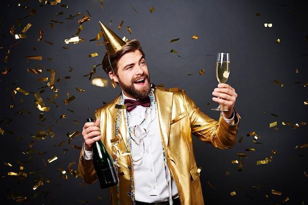 Mann macht einen toast auf neues jahr