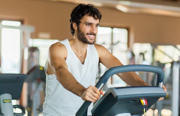 Mann macht fitness
