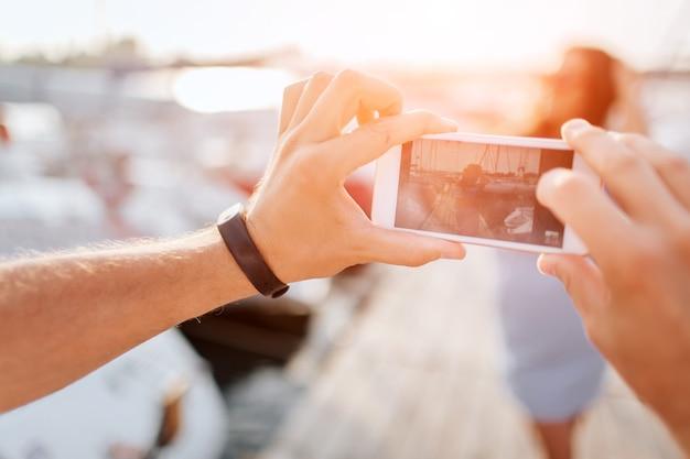 Mann macht foto von junger frau