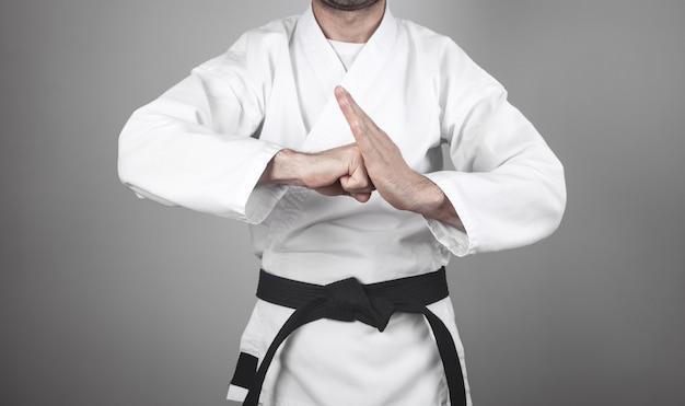 Mann macht karate