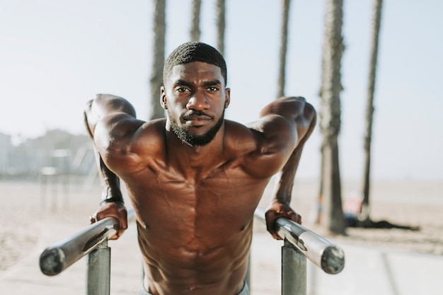 Mann macht push-ups auf bars
