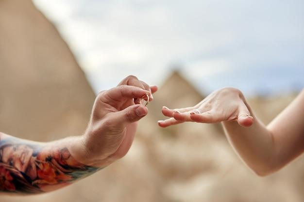Mann macht seiner freundin einen heiratsantrag