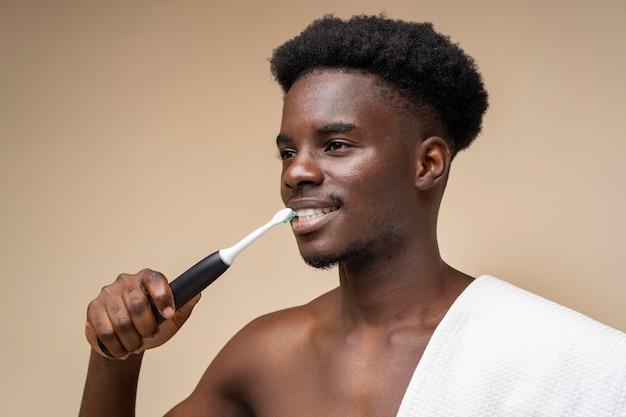 Mann macht selbstpflegeroutine