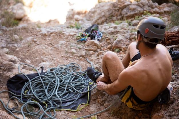 Mann macht sich bereit, auf einen berg zu klettern