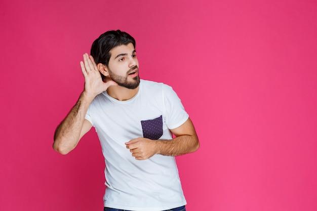 Mann macht zeichen, das bald von der anderen person hören will.