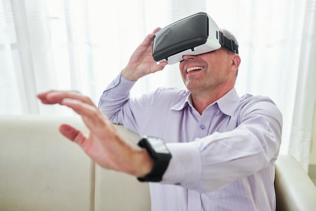 Mann mann, der virtuelle realität genießt