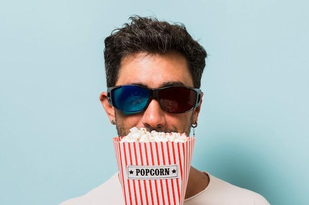 Mann mit 3d-brille und popcorn