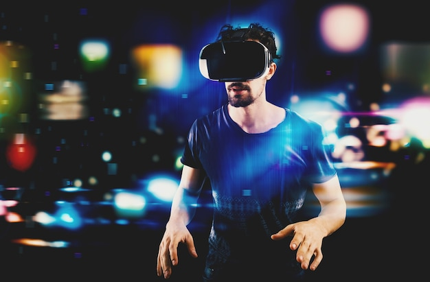 Mann mit 3d-maske spielen mit videospiel