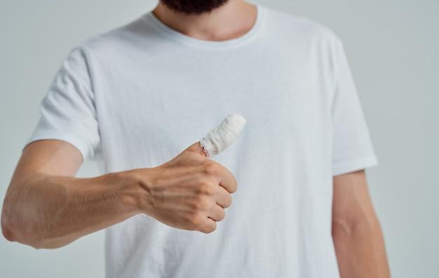 Mann mit abgeschnittenen daumen gesundheitsprobleme verletzung patient