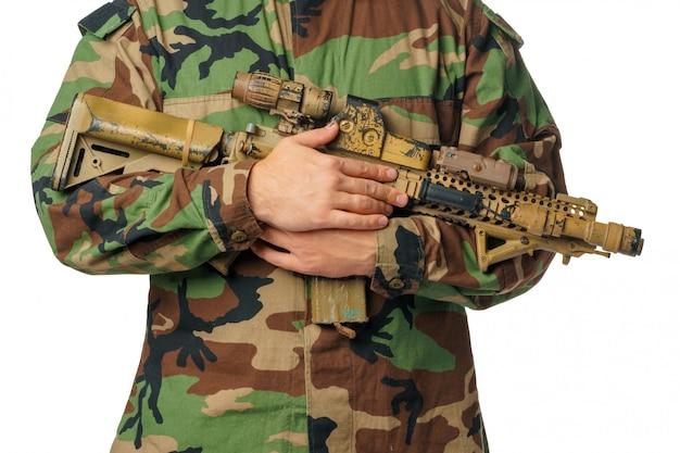 Mann mit airsoft abnutzung und luftgewehr
