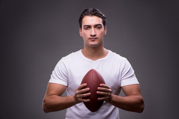 Mann mit amerikanischem fußball im sportkonzept