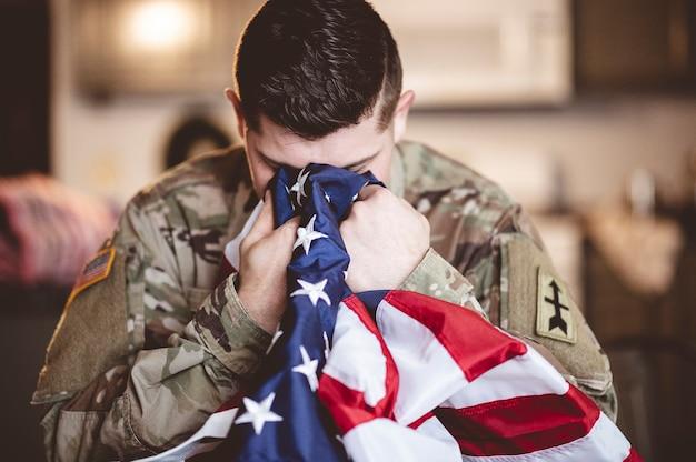 Mann mit amerikanischer flagge