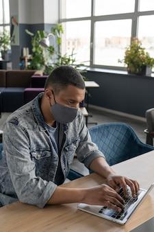 Mann mit arbeitender medizinischer maske