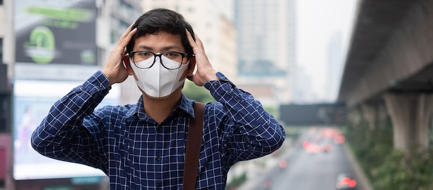 Mann mit atemmaske n95 schützen und filtern pm2.5